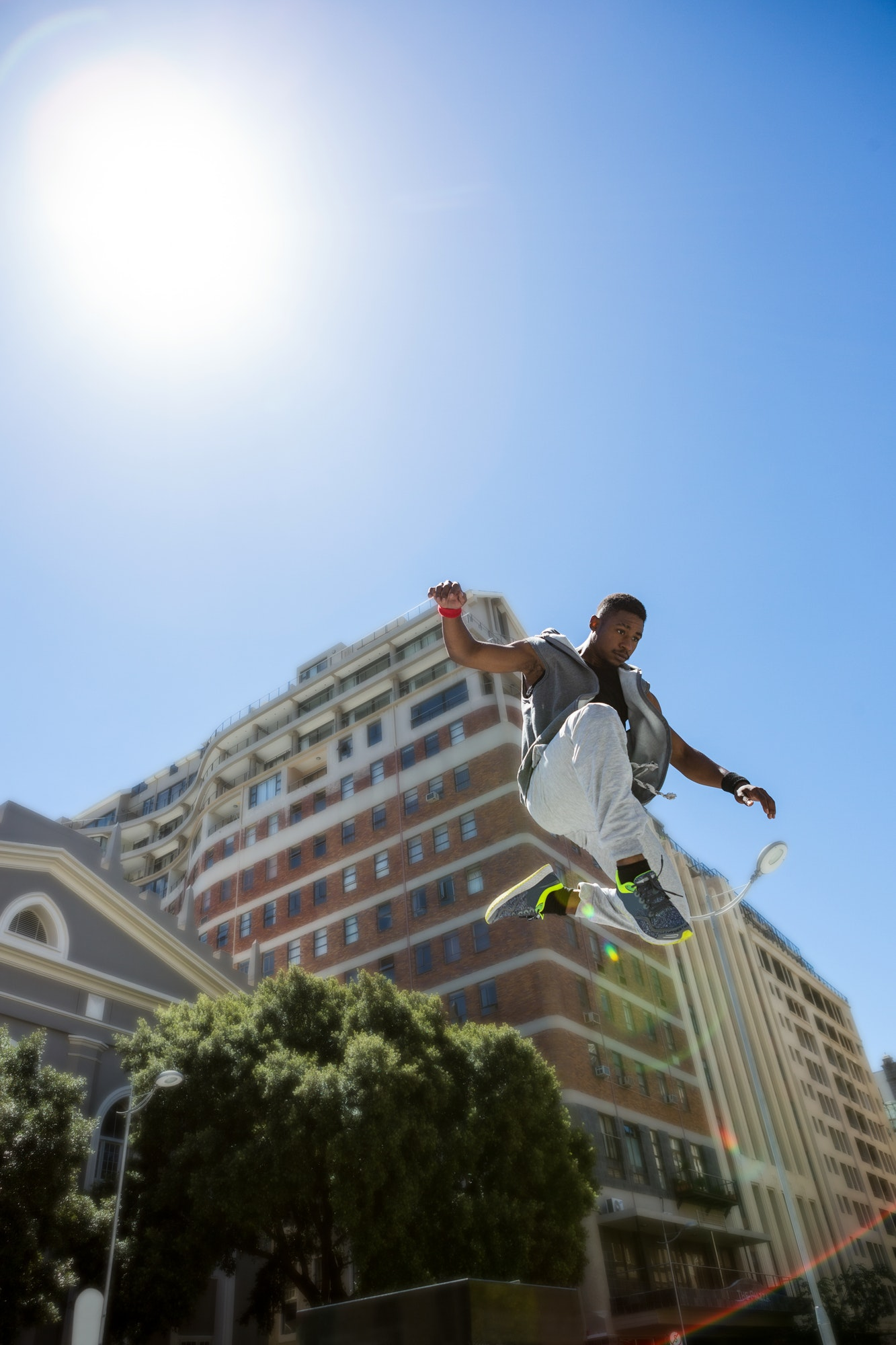 Athletic man doing parkour in the city on a sunny day  Apple dévoile son nouveau service de télévision athletic man doing parkour in the city on a sunny day