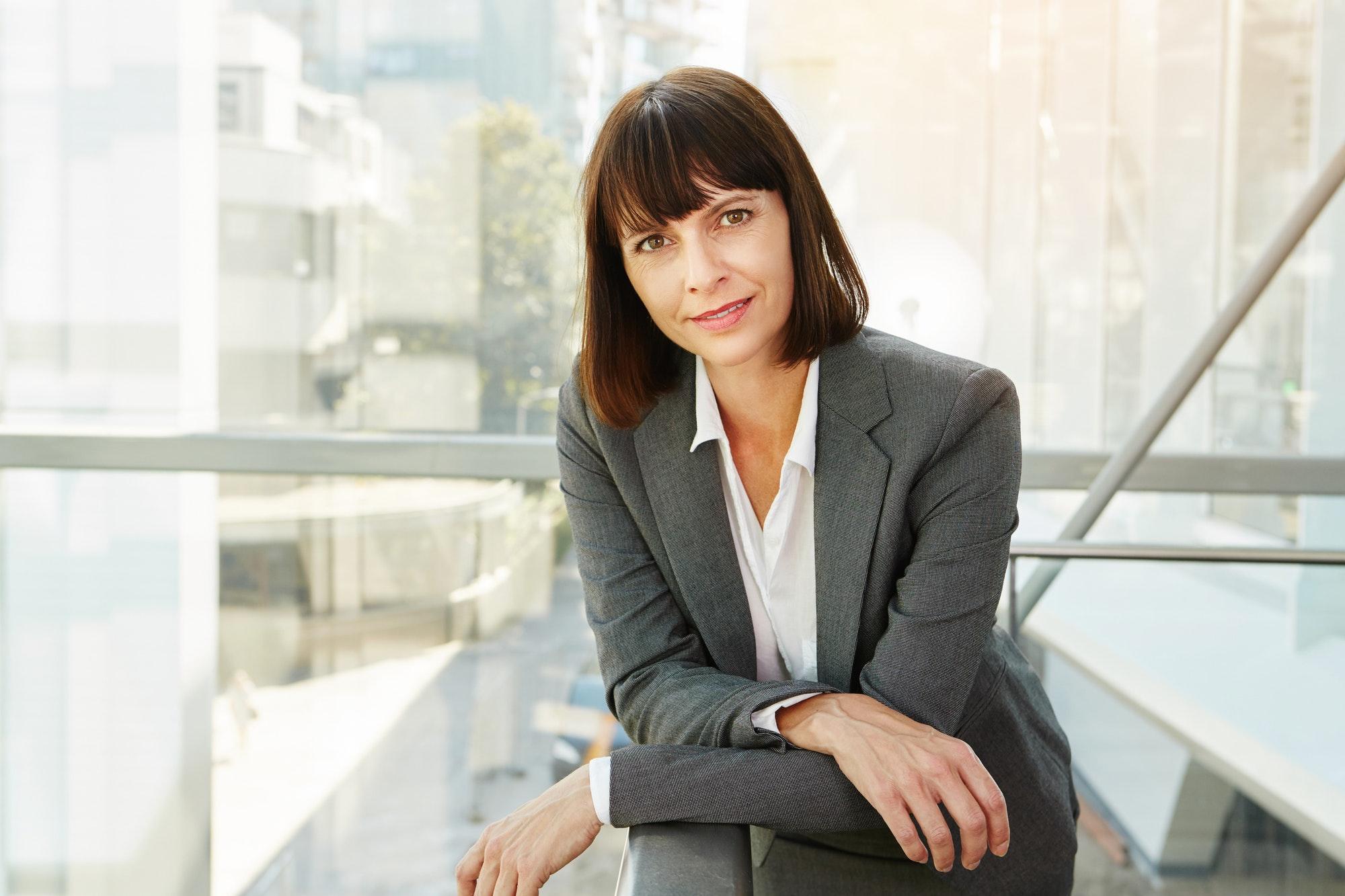 Le succès peut devenir un catalyseur de l'échec.  « Le succès peut devenir un catalyseur de l'échec. » —Greg McKeown successful business woman
