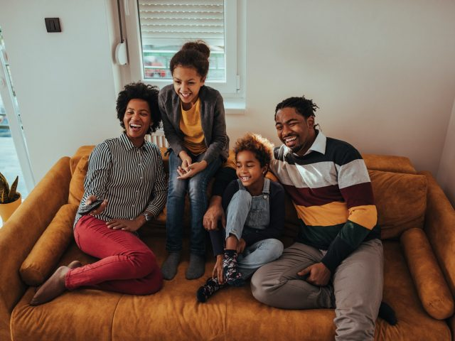 Netflix lance un fonds mondial de 100 millions de dollars pour soutenir les groupes sous-représentés dans le secteur du divertissement.
